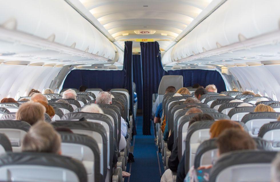 Une jeune femme sortie d'un avion à cause de ses règles