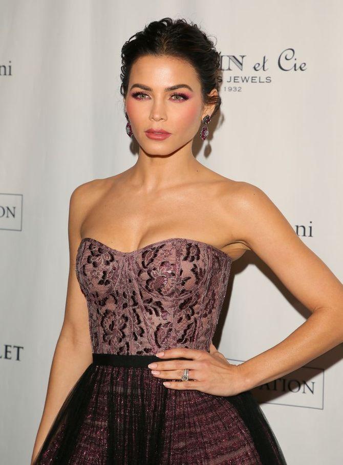 Jenna Dewan-Tatum chic et glamour en robe bordeaux au Ballet Gala (Photos)