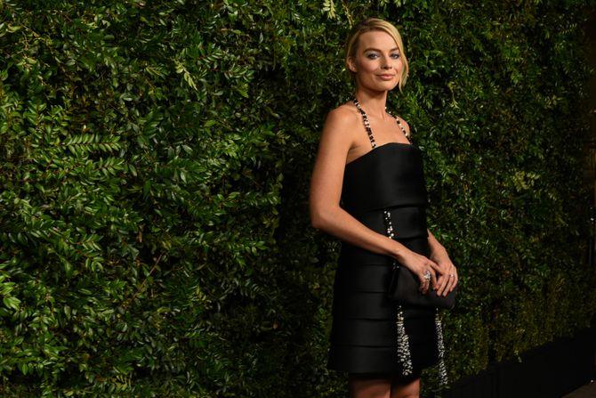 Margot Robbie sexy et rétro en robe noire pour la soirée des pré-Oscars