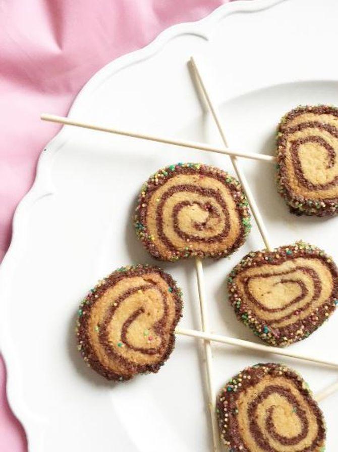 Les biscuits spirales version sucettes, avec des piques en bois.