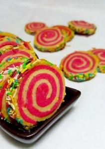 Amusez-vous avec des vermicelles, des perles de sucre ou toute déco pâtissière colorée.
