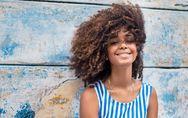 Ces astuces qui changent la vie des filles aux cheveux bouclés