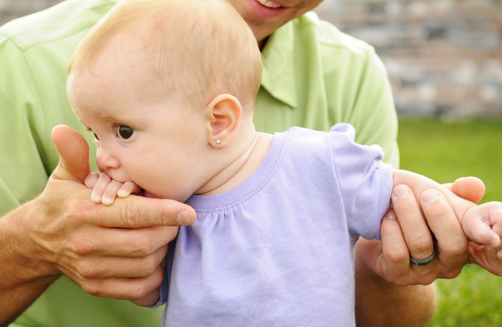 Une petite fille se fait percer les oreilles et finit aux urgences (Photos)