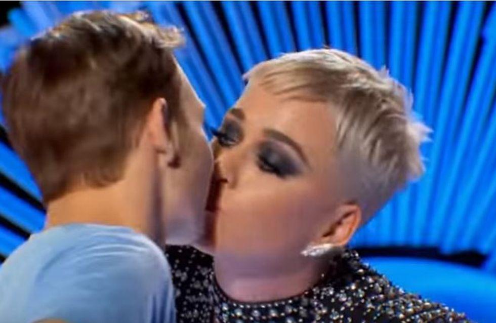 Katy Perry va trop loin en embrassant par surprise un candidat d'American Idol ! (vidéo)
