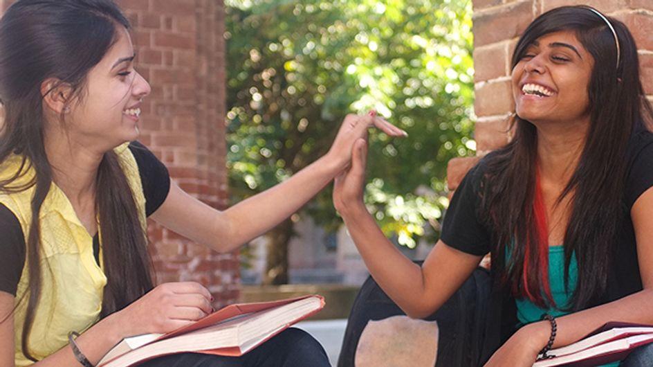 Forcées d'écrire qu'elles sont lesbiennes parce qu'elles se sont tenu la main au lycée