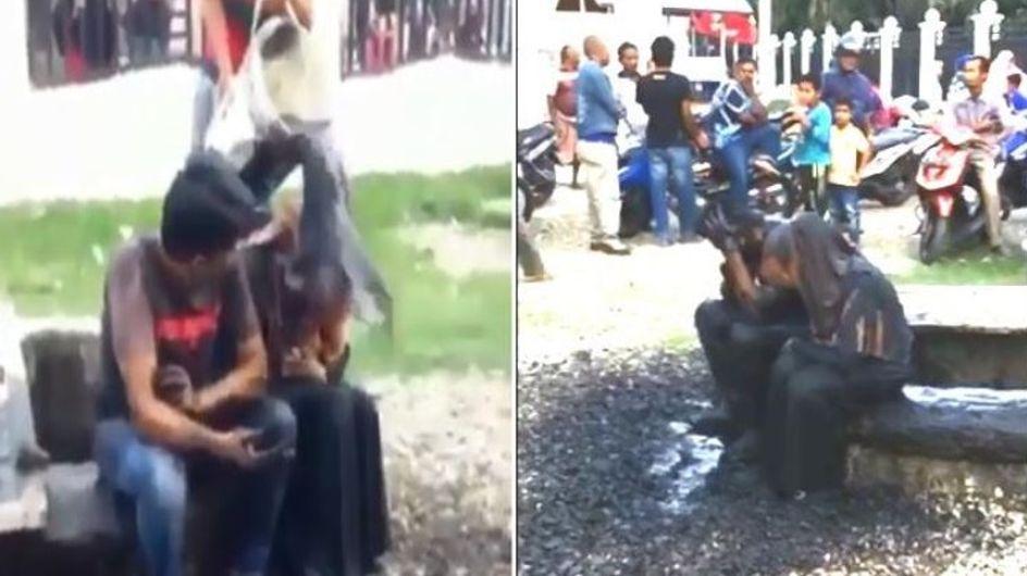 Ils déversent de l'eau croupie sur ce jeune couple, soupçonné d'adultère