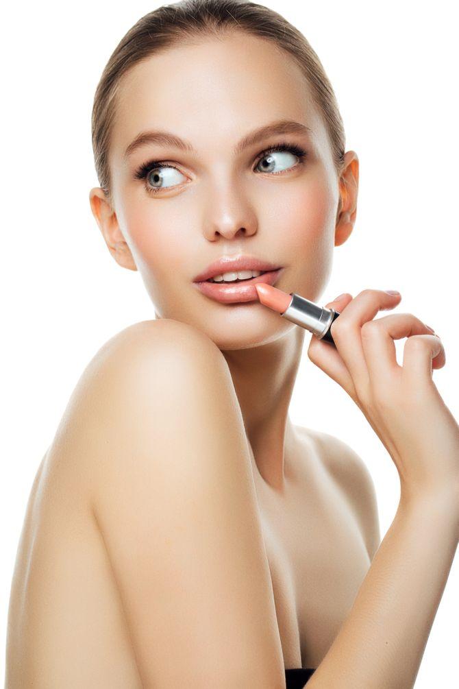 Le nude version bonne mine, rehaussé d'un lipstick légèrement abricot.