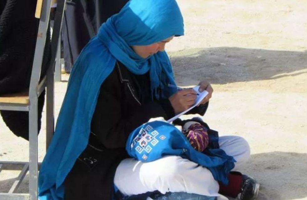Cette jeune femme inspirante de 22 ans passe son examen tout en s'occupant de son bébé