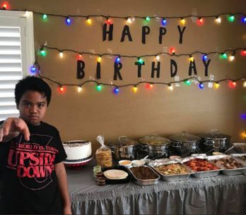 Les stars de Stranger Things sauvent l'anniversaire d'un garçon, abandonné par s