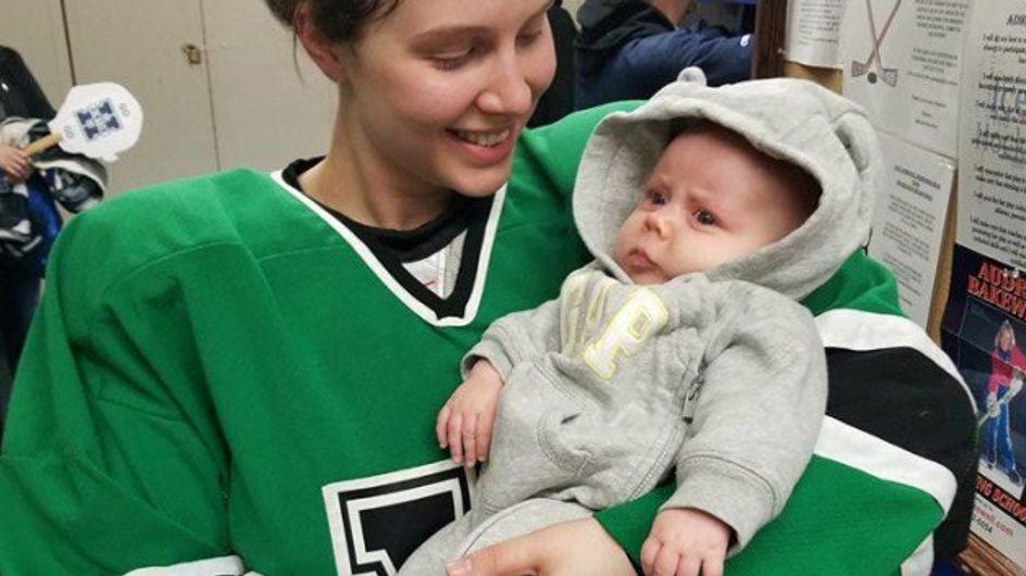 Cette maman hockeyeuse prouve qu'on peut allaiter son bébé n'importe où (Photos)