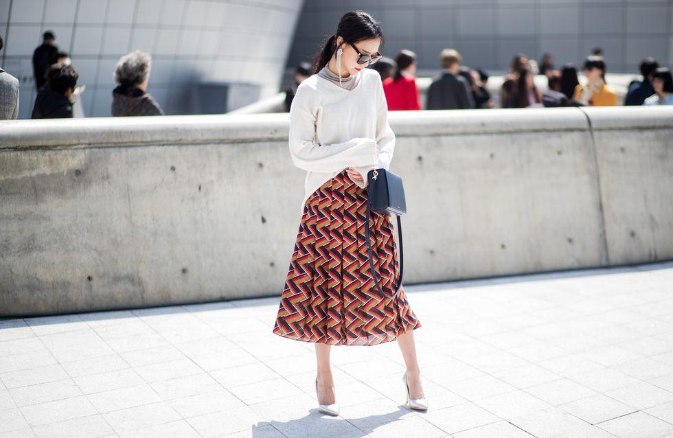 Moderne et stylée avec une jupe midi ? On relève le défi !
