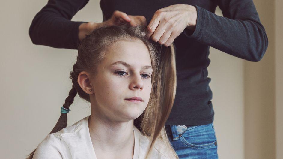 Depuis la mort de sa mère, cette fillette se fait coiffer tous les matins par la conductrice de bus