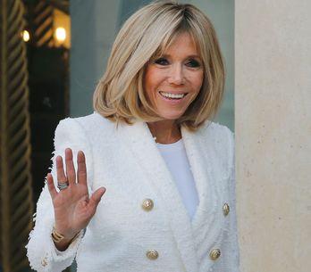En manteau d'officier, Brigitte Macron impose son propre style à l'Elysée