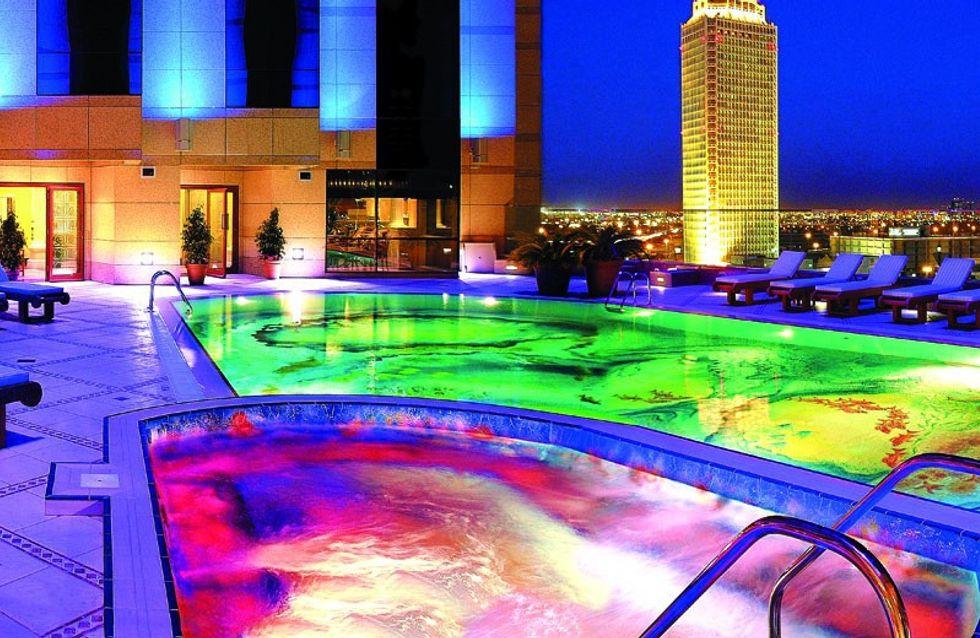 Piscinas con agua de colores que son un sueño para las noches de verano