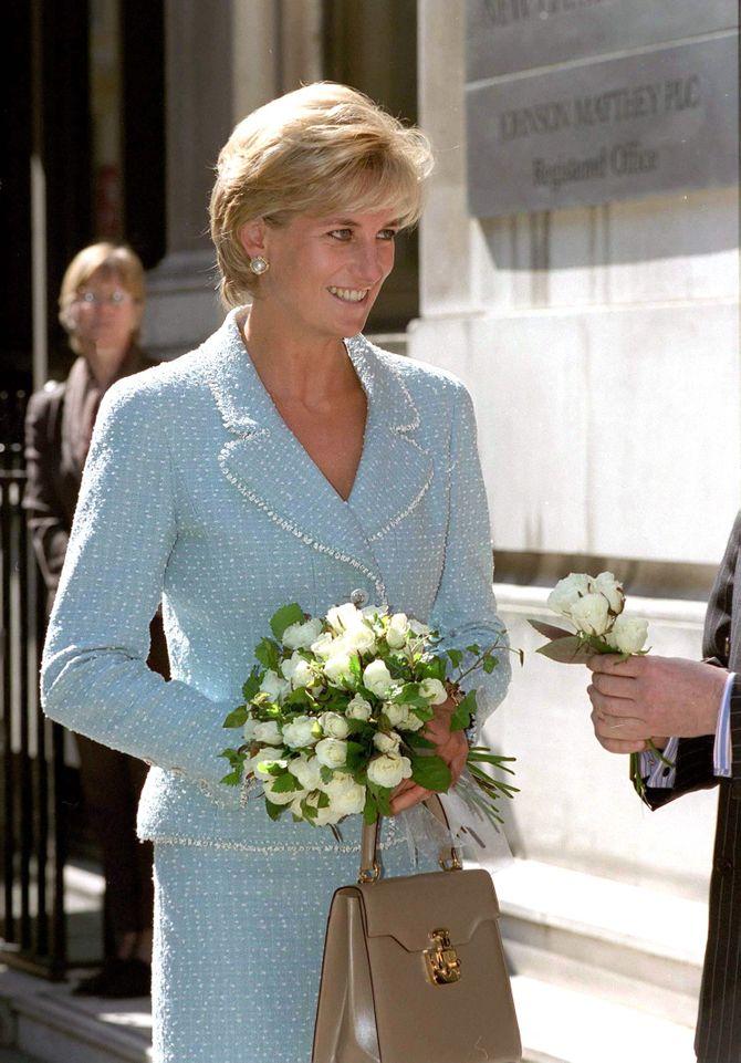 Lady Diana avec un bouquet de roses blanches