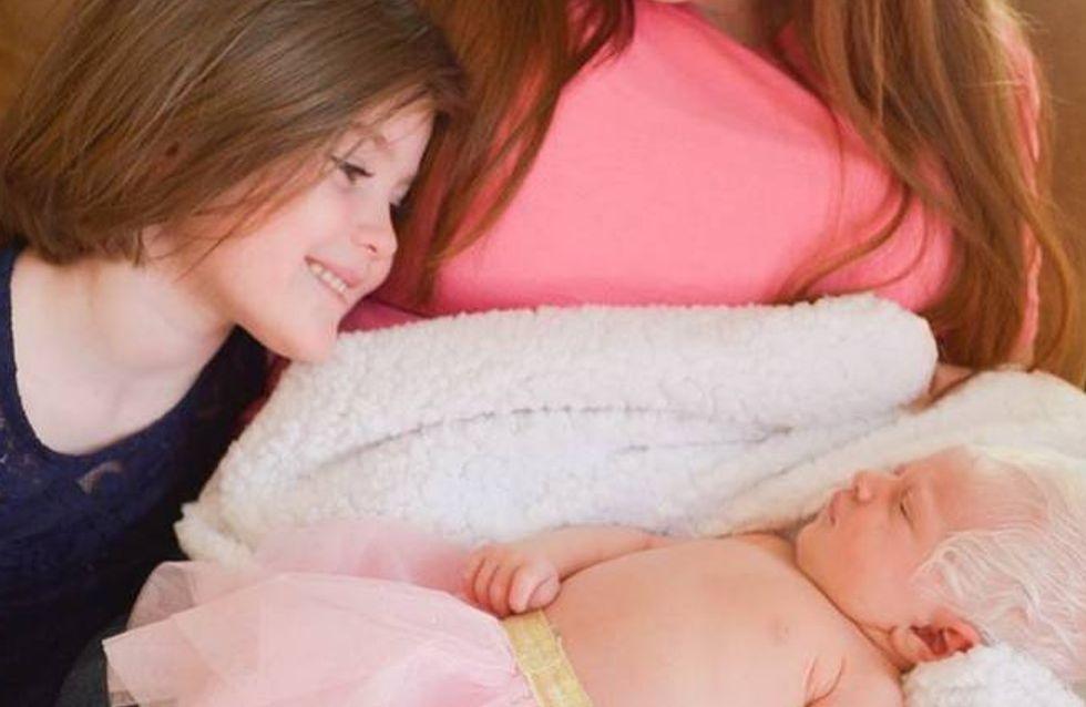 Une fillette de 5 ans découvre sa petite soeur albinos, sa réaction est adorable