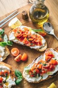 Un bon pain, un peu de fromage frais et des bonnes tomates. D'autres recettes de tartines...