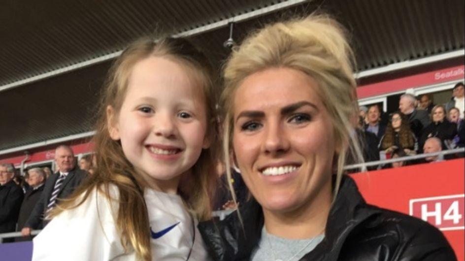 Une petite fille est rejetée d'un match de foot à la récré mais obtient une belle revanche (vidéo)