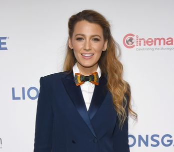 En robe blazer et noeud papillon, Blake Lively ose le look androgyne (Photos)