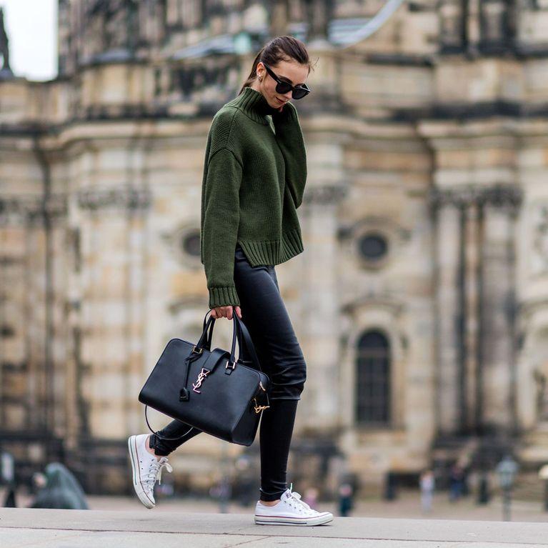 Sportlicher Damen Look mit Pullover, Sneakern und Pullover