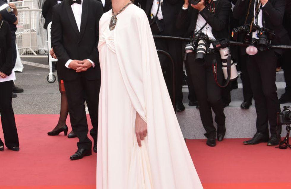 Louise Bourgoin resplendissante et audacieuse en robe ivoire à Cannes