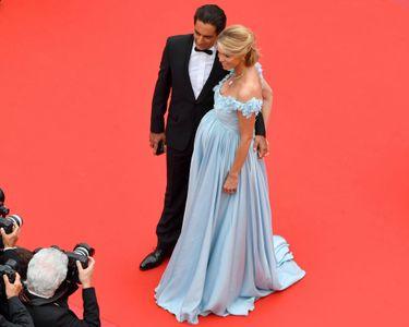 Sylvie Tellier dévoile son baby bump au Festival de Cannes (PHOTOS)