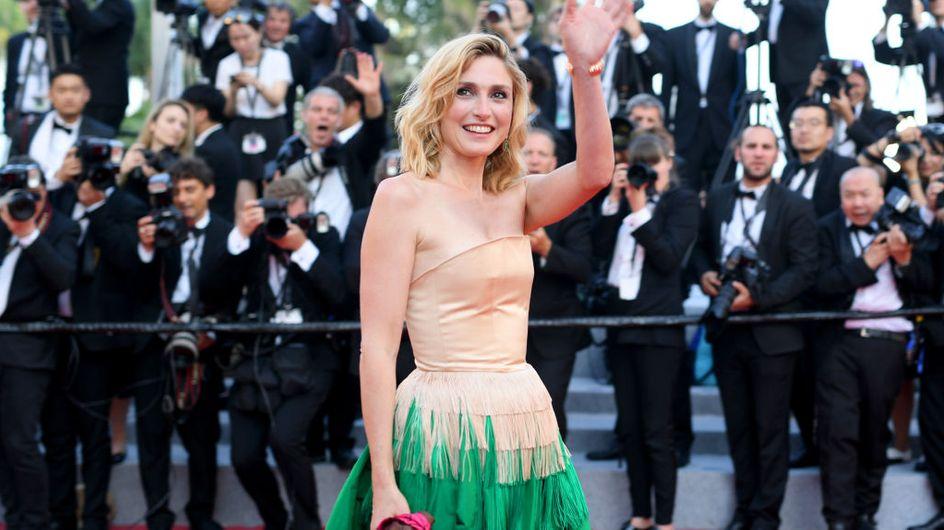 Julie Gayet fait sensation dans une robe bustier étonnante beige et vert émeraude