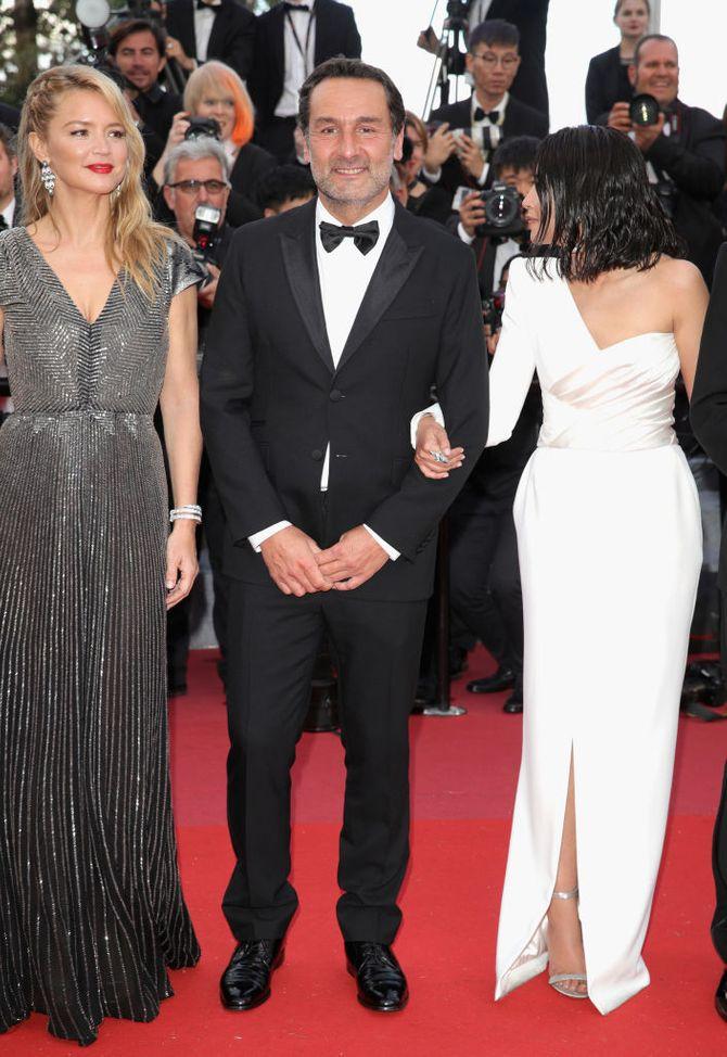 Leïla Bekhti hypnotisante en robe asymétrique blanche à Cannes