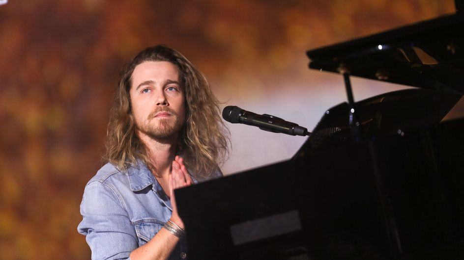 Julien Doré livre un concert aussi intimiste que touchant à l'Olympia