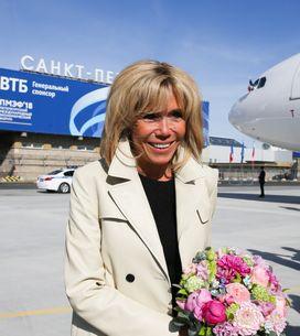 Brigitte Macron, en mini-robe et trench beige pour son arrivée en Russie