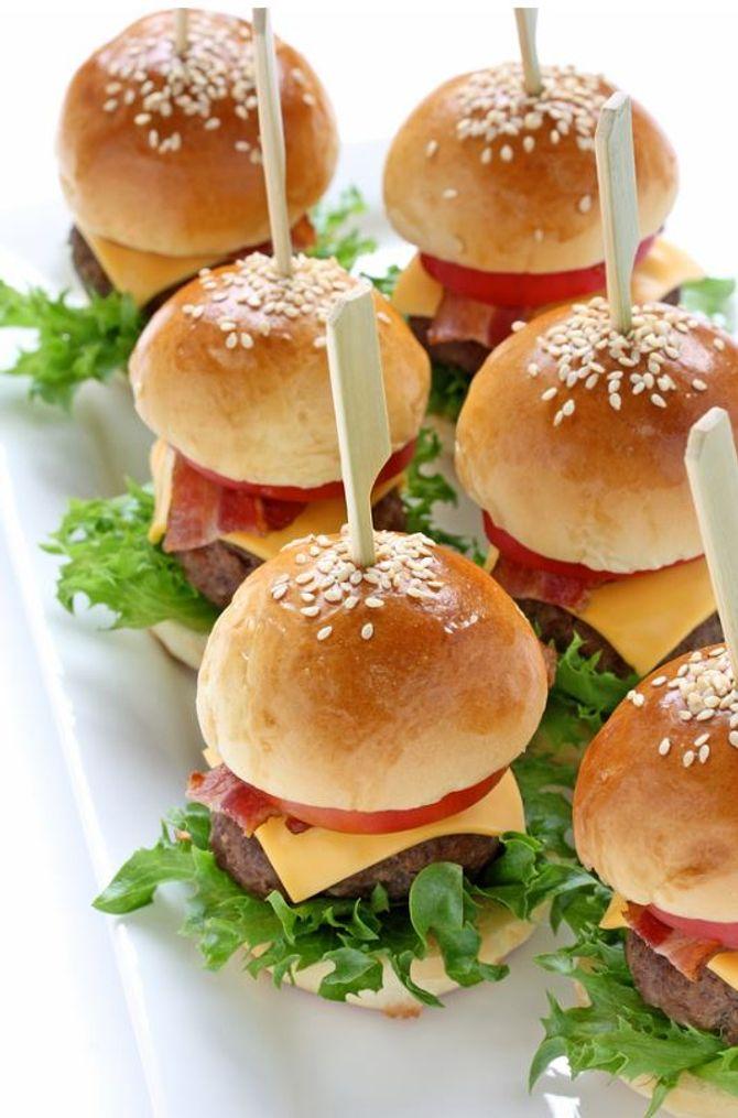 Les mini burgers ont toujours beaucoup de succès. On vous donne la recette pour assurer !