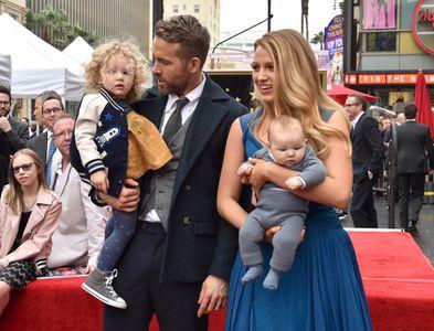 Blake Lively et Ryan Reynolds, avec leurs filles James et Inez