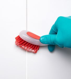 Come pulire le piastrelle del bagno e le fughe dalla muffa in poche mosse