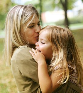 Persuadée que le lait maternel prévient des maladies, elle allaite encore sa fil