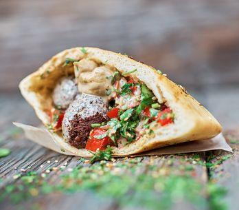 Receta de falafel tradicional servido en pan de pita