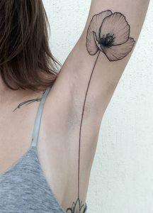 Un tatouage sous les aisselles... nouvelle tendance beauté ? (Photos)