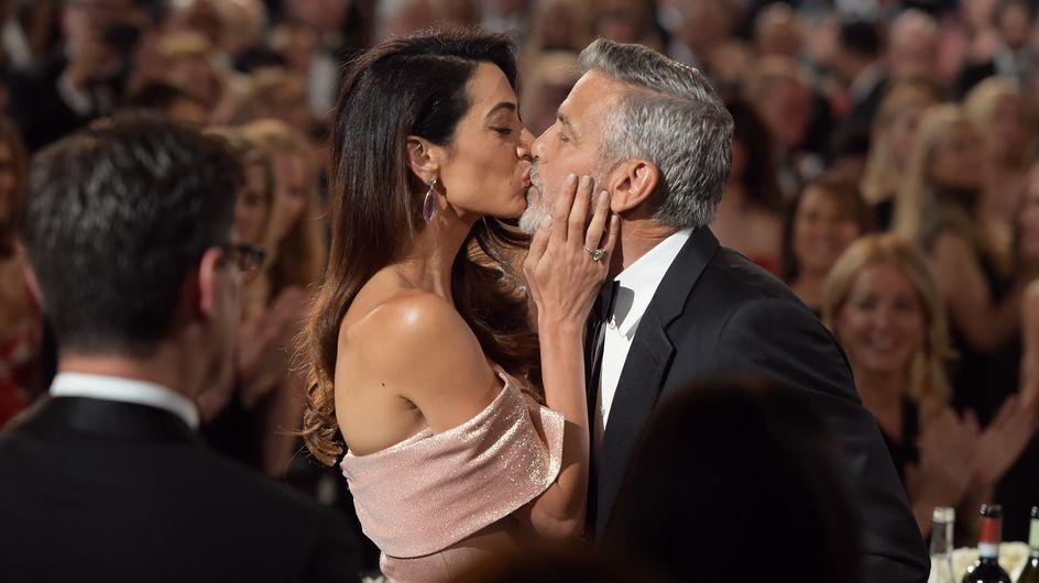 Amal Clooney, sublime dans une robe rose à col bardot au bras de son époux