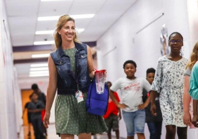 Cette professeure a volé au secours de cette fillette de la plus belle des manières