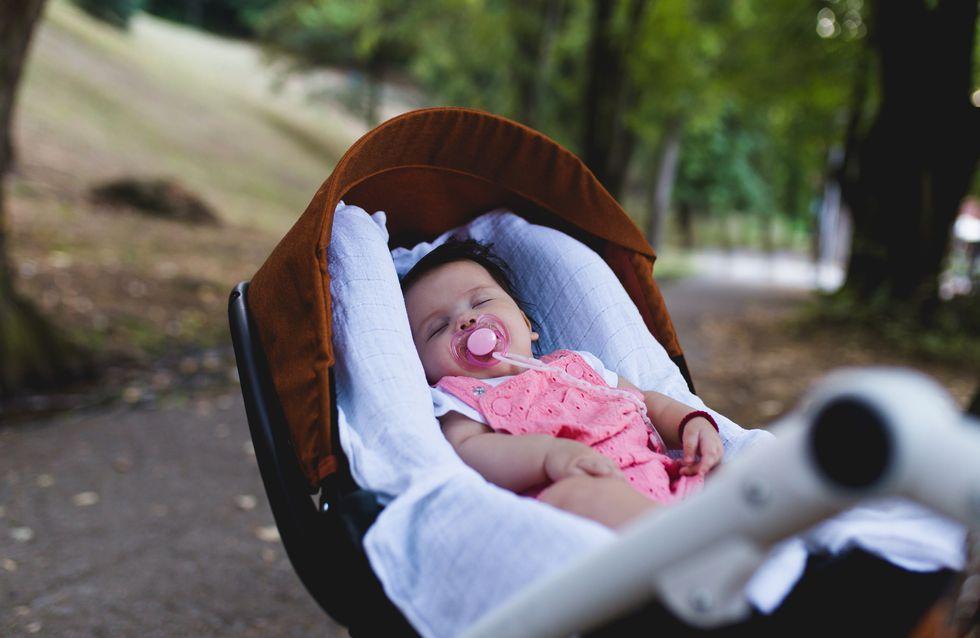 Couvrir la poussette de bébé quand il fait chaud : un geste dangereux à ne surtout pas faire