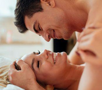Fingere un orgasmo: vantaggi e svantaggi di questa pratica comune