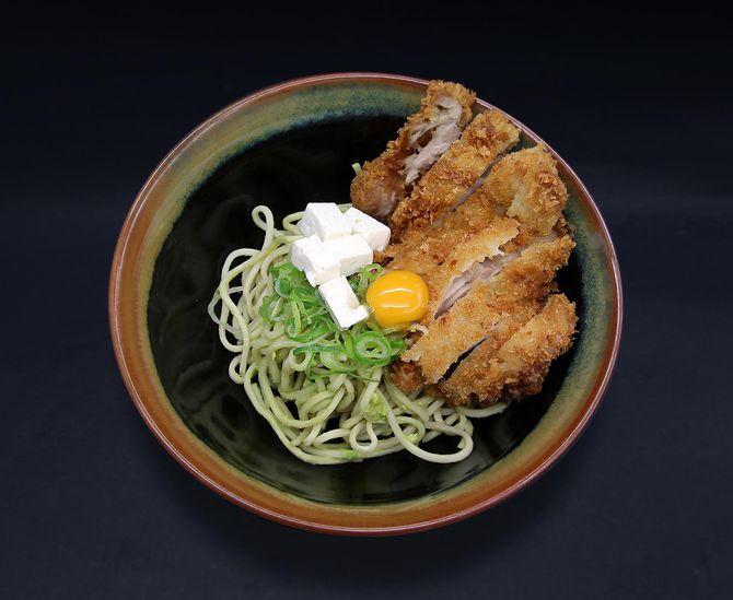 Ramen Mazesoba con aguacate, cebolleta, tofu, huevo de codorniz y pollo panko