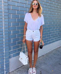 T-shirt bianca e shorts