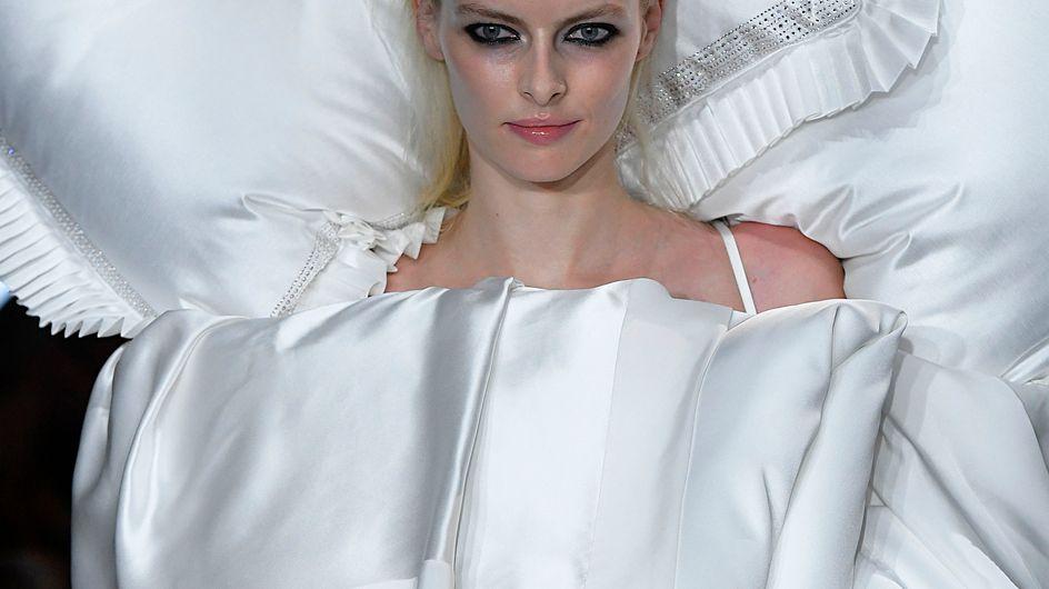 À la Fashion Week de Paris, Viktor & Rolf crée le buzz avec une robe-lit