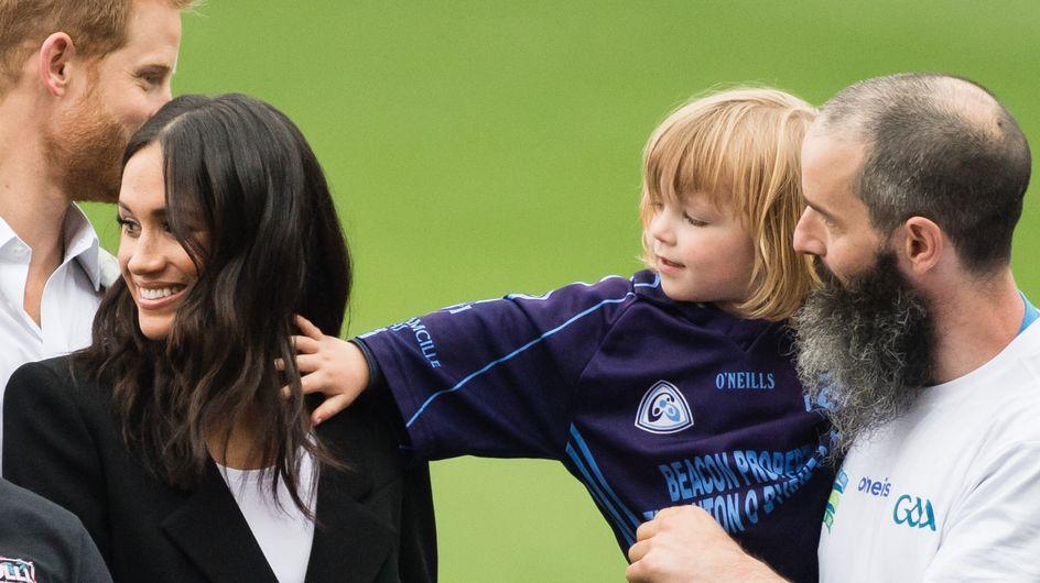 Un petit garçon tire les cheveux de Meghan Markle, sa réaction est improbable