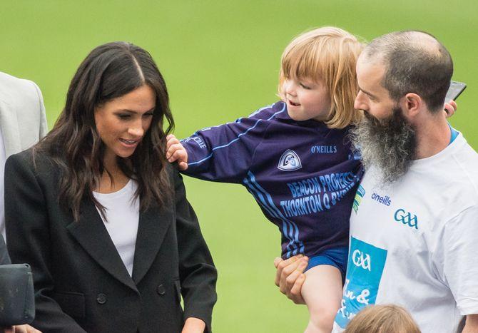 Un petit garçon tire les cheveux de Meghan Markle, voici son adorable réaction