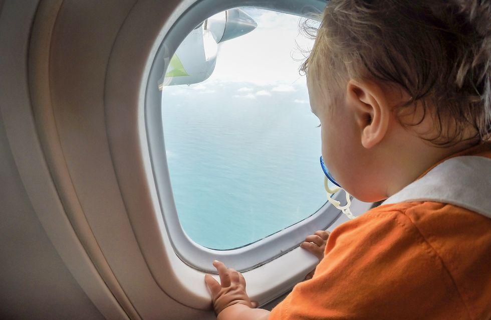 Cómo sobrevivir a un viaje en avión si tu hijo pequeño llora