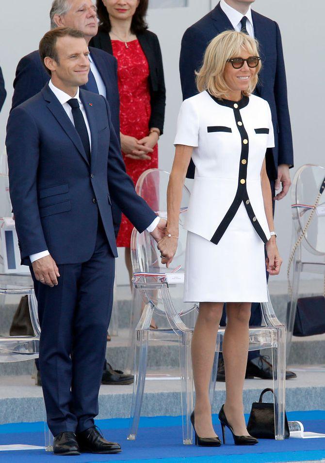 Brigitte Macron élégante en robe blanche au défilé du 14 juillet