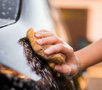 Come pulire velocemente l'automobile dentro e fuori