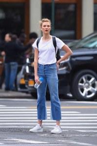 Look décontracté : haut blanc, jean, baskets blanches