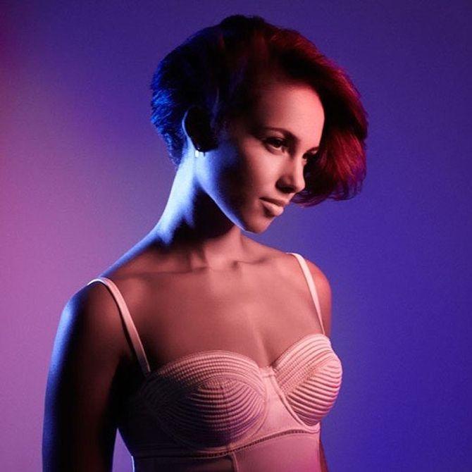 Alicia Keys craque pour un sublime carré rouge et elle est magnifique ! (photos)